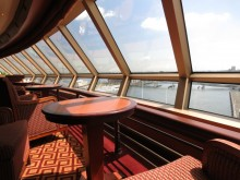 Reisregisseur - Anne Mare van Linde - cruise -Queen Elizabeth - achtersteven