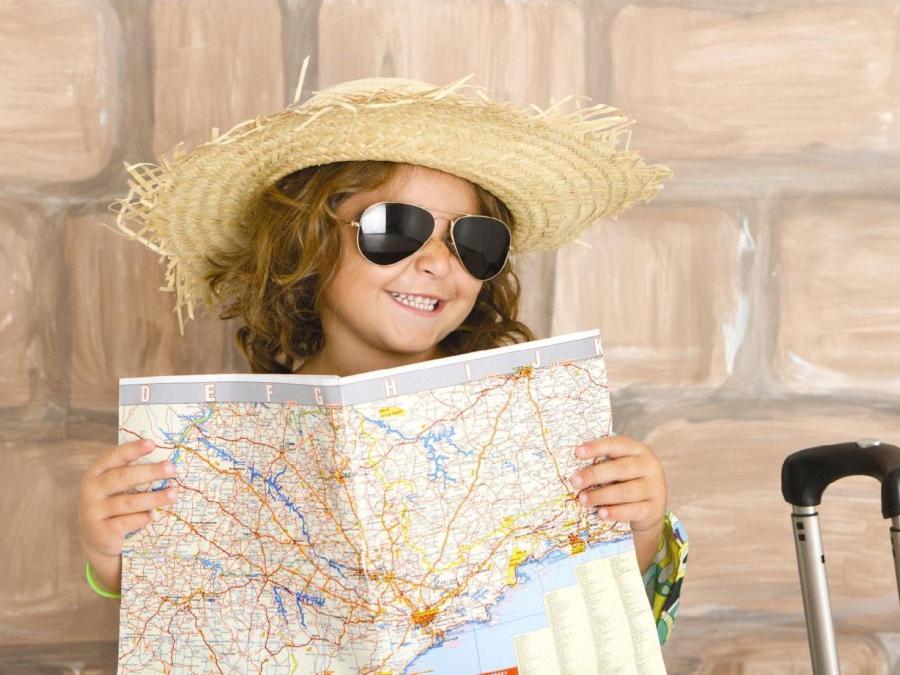Reisregisseur - reizen met kinderen - meisje met kaart