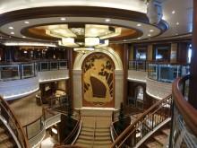 Reisregisseur - Anne Mare van Linde - cruise - Queen Elizabeth - hal