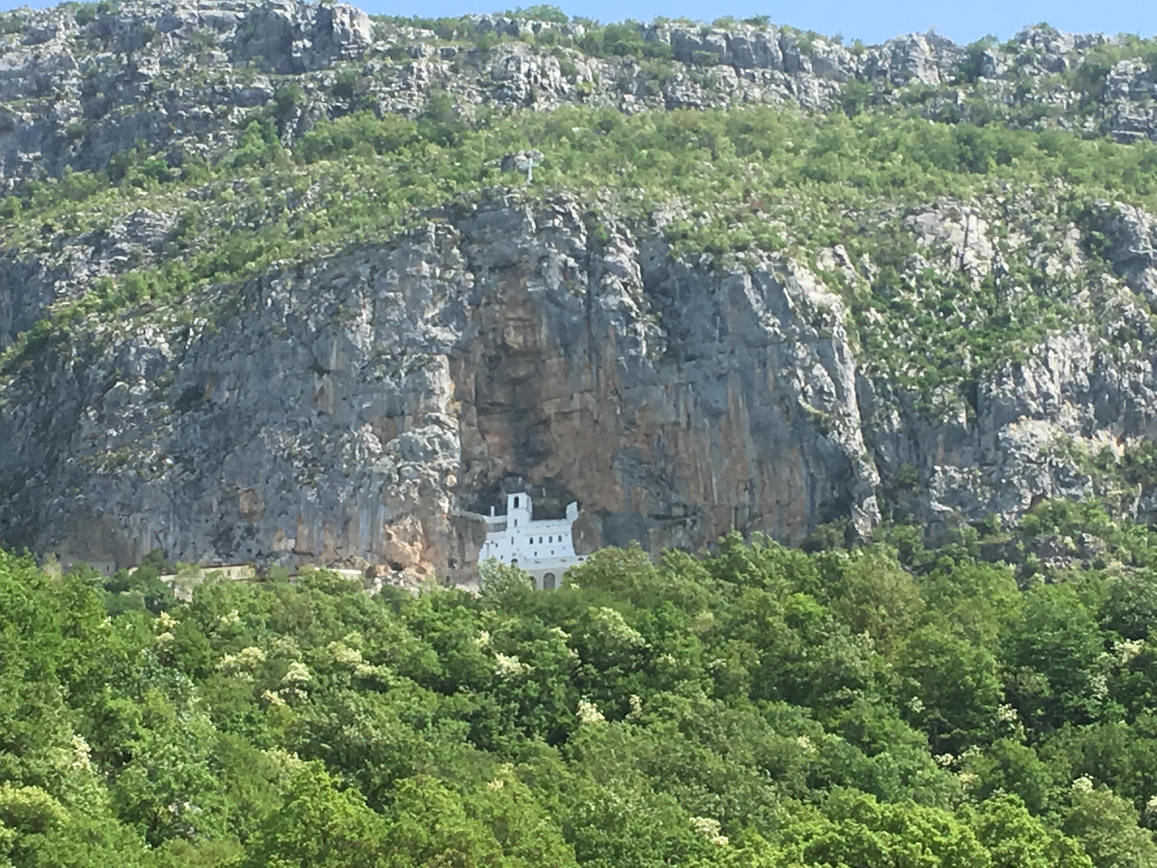 Het Ostrog klooster op eenzame hoogte